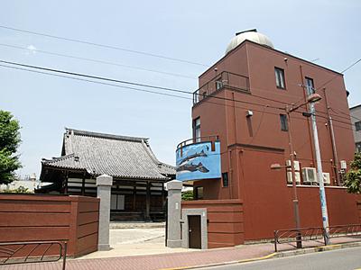 Cetiya Shogan (kiri) dengan bangunan planetariumnya (kanan) di Katsushika, Tokyo, Jepang. Foto: gingaza.jp